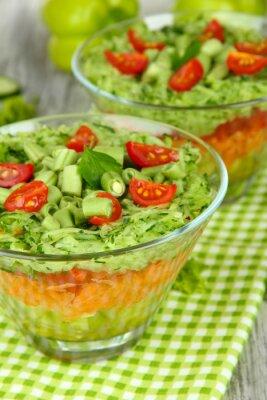 Image Salade avec des légumes frais sur la table en bois