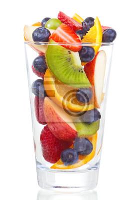 salade de fruits frais et de baies en verre