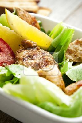 Salade de légumes avec du blanc de poulet grillé