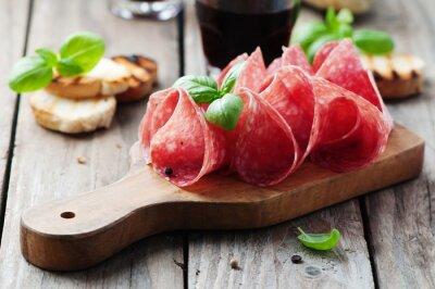 Image Salami Délicieux avec le basilic et le vin