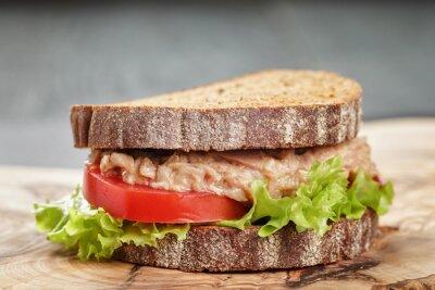 Image Sandwich au pain de seigle au thon et aux légumes