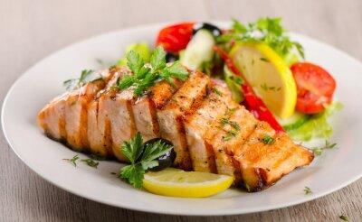 Image Saumon avec salade fraîche.