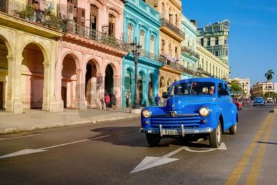 Image Scène de rue avec une vieille voiture et des bâtiments colorés dans la Vieille Havane