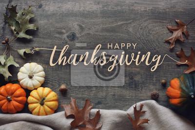 Image Script de Thanksgiving heureux avec des citrouilles et des feuilles sur fond en bois foncé
