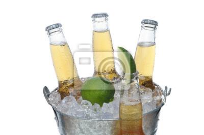 Seau de bière à la lime et bouteille en face
