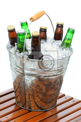 Seau de bière sur la table en teck