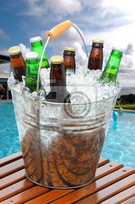 Seau de bière sur la table en teck piscine