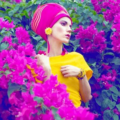 Image sensuelle fille orientale dans les fleurs