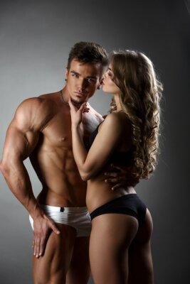Image Sexual bodybuilder étreint la fille possessivement