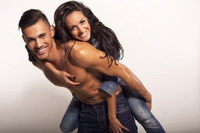 Image sexy beau couple en jeans