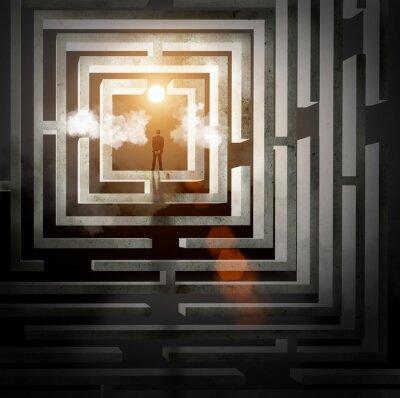 Silhouette d'homme d'affaires dans le labyrinthe