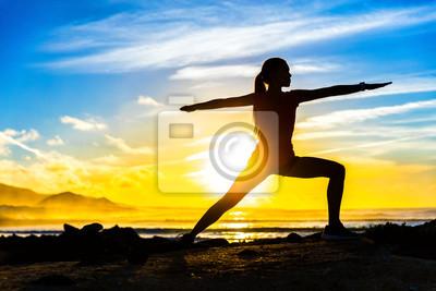 Silhouette, de, aptitude, athlète, pratiquer, guerrier, II, yoga, pose, méditer, plage, Coucher soleil Femme, étirage, matin, méditation, contre, coloré, ciel, fond Bien-être zen et concept de bien-êt