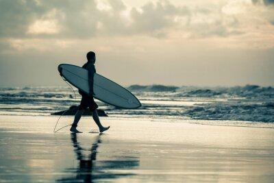 Image silhouette de surfeur au coucher du soleil