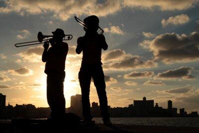 Image Silhouettes de musiciens devant la ville de La Havane