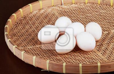 six blancs d'œufs sur la vannerie
