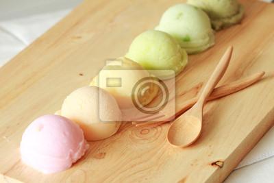 six crème glacée coloré boules dans une rangée avec une cuillère et une fourchette