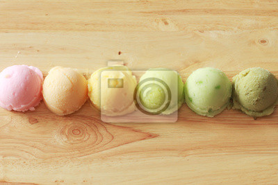 six crème glacée coloré boules dans une rangée en vue de dessus