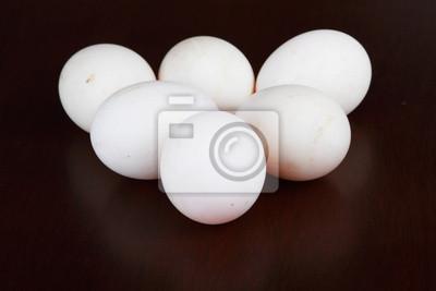 six oeufs blancs sur fond noir