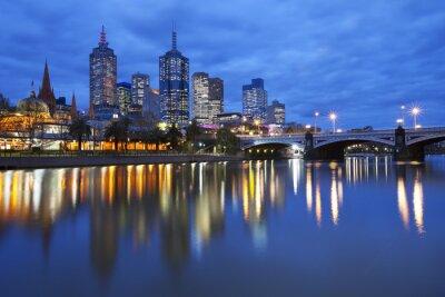 Image Skyline de Melbourne, en Australie à travers le fleuve Yarra la nuit
