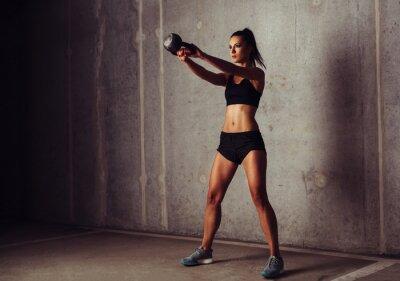 Image Slim attrayante sportive dans une formation kettlebell