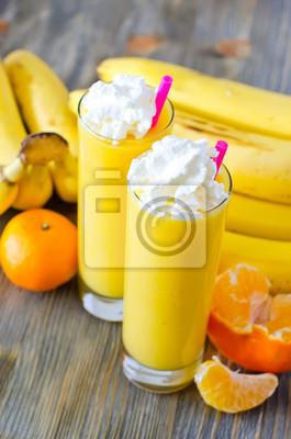Smoothie Jaune dans des verres avec des fruits tropicaux et de la paille pour DRI