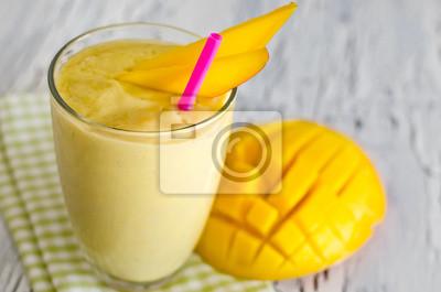 Smoothie mangue jaune de yaourt pour le petit déjeuner sain