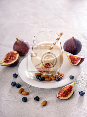 Smoothie saine avec des figues et des noix, boisson d'automne vegan avec du lait d'amande