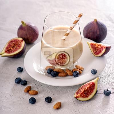 Smoothie saine avec des figues et des noix, boisson d'automne végétalien avec du lait d'amande, image carrée