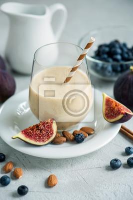 Smoothie saine avec figues, myrtilles et amandes, boisson d'automne végétalienne au lait d'amande