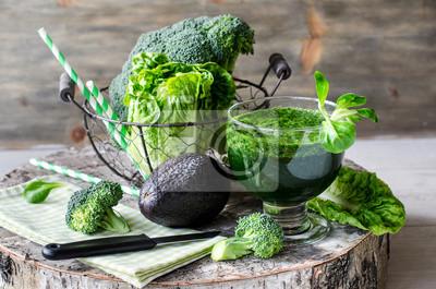 Smoothie vert à l'avocat et le brocoli horizontale