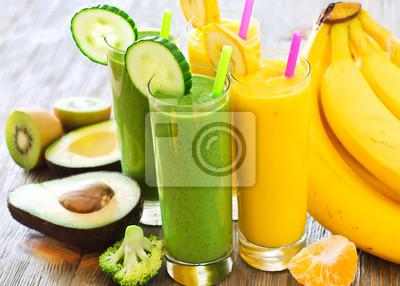 Smoothie vert et jaune avec des fruits et légumes