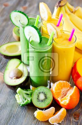 Smoothie vert et jaune dans des verres à l'avocat, kiwi, mangue