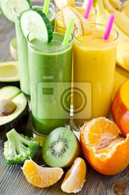 Smoothie vert et jaune dans des verres avec des ingrédients sur la table