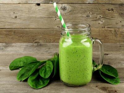 Image Smoothie vert sain avec des épinards dans une tasse de pot sur le bois