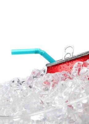 Soda peut dans la glace avec de la paille sur blanc