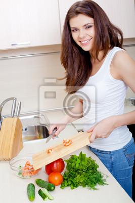 Souriant femme prépare la salade fraîche