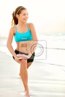 Sport femme de formation de remise en forme sur la plage