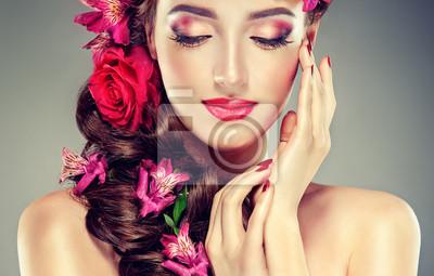 Spring Girl Avec Des Fleurs Dans Ses Cheveux Et De La Mode