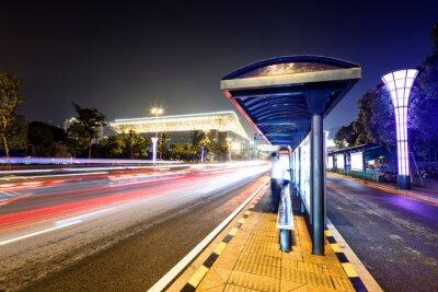 Image station de bus à côté d'une route la nuit