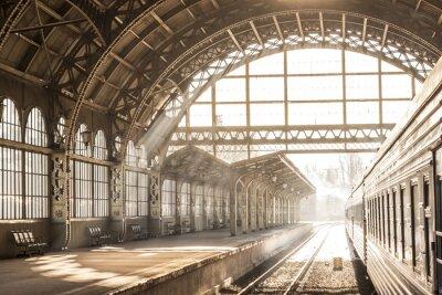 Image Station de train coucher de soleil couvert coucher de soleil en sépia. Transport et plate-forme avec toit de construction. Voyage en train sur le chemin de fer