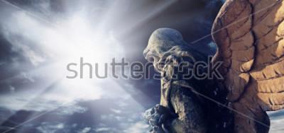 Image Statue antique de merveilleux ange dans les rayons du soleil. Architecture, archétype, religion, notion de foi.