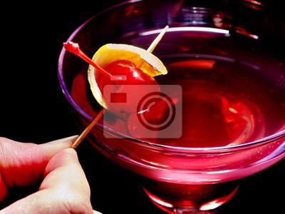 Strawberry cocktail avec de la cerise et le parapluie