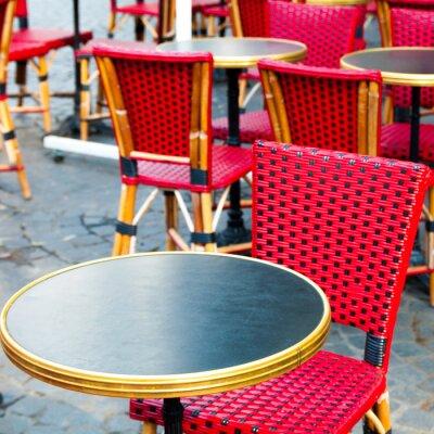 Image Street view d'une terrasse de café avec tables et chaises