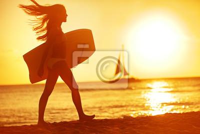 Summer corps de femme surfeur plage d'amusement au coucher du soleil
