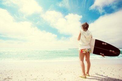 Image Surfer fille sur la plage