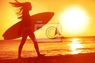 Surfer surfer femme bébé plaisirs de la plage au coucher du soleil