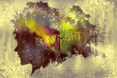Image Tableau de concept à double exposition avec une silhouette portrait de femme et une femme en forêt