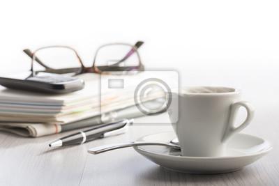 Tasse de café à la vapeur sur la table de bureau blanc avec des