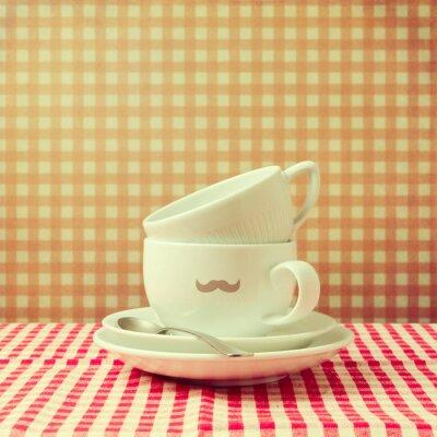 Image tasses de café avec hippie moustache sur nappe à carreaux