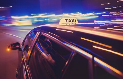 Image Taxi prenant un virage à gauche dans la nuit